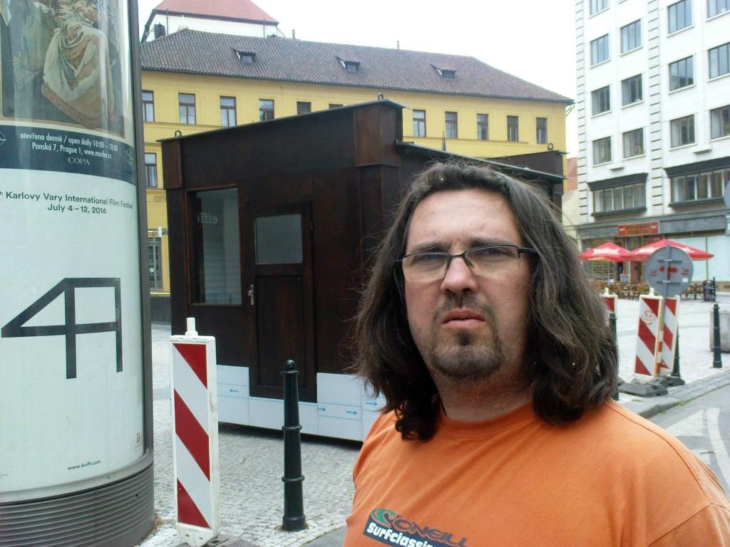 """""""Kdo jste a proč fotíte můj stánek ?! Okamžitě přestaňte fotit můj stánek.""""  """"Fotím si Jungmannovo náměstí, které je veřejným prostranstvím, ale překáží mi v kompozici ta dřevěná hrůza tady."""" - Foto: Jiří Navrátil"""