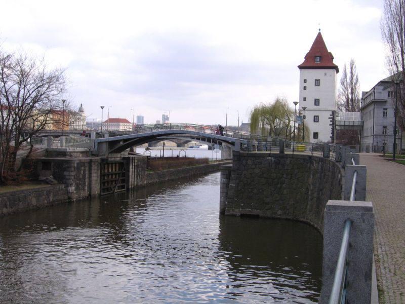 10.Most na Dětský ostrov byl postaven mezi lety 1933 a 1941 podle projektu Vlastislava Hofmana jako železobetonový oblouk se spolupůsobící mostovkou. Využívá opěry původně zbudované pro plánovaný most z Myslíkovy ulice.