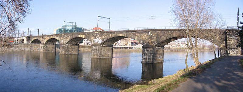 """22.Negrelliho viadukt (nazývaný též Karlínský viadukt, dříve obecně viadukt Společnosti státní dráhy) spojuje Masarykovo nádraží v Praze (původně """"nádraží Společnosti státní dráhy"""") přes ostrov Štvanici s Bubny. Je historicky prvním pražským železničním mostem přes Vltavu, v současné době druhým nejstarším pražským mostem přes Vltavu."""