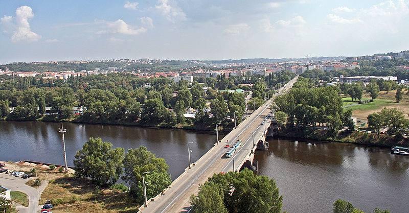 23.Libeňský most je jeden z mostů, vedoucích přes řeku Vltavu v Praze. Po proudu řeky je v Praze čtrnáctým mostem, nachází se v ohbí řeky Vltavy, spojuje levobřežní čtvrť Holešovice a pravobřežní Libní, je po něm vedena dvoukolejní tramvajová trať.