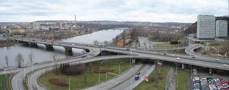 25.Most Barikádníků je silniční most v Praze, otevřený v roce 1980, který spojuje Holešovice s Holešovičkami v Libni a tím i s Trojou. Má zásadní význam pro dopravní propojení v severojižním směru. Přivádí do centra Prahy dopravu z dálnice D8 a navazující Prosecké radiály.