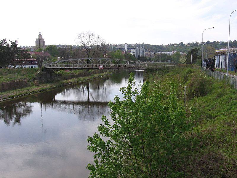 27.Přes plavební kanál, který odděluje Císařský ostrov od Královské obory a Podbaby, vedou celkem tři mosty.
