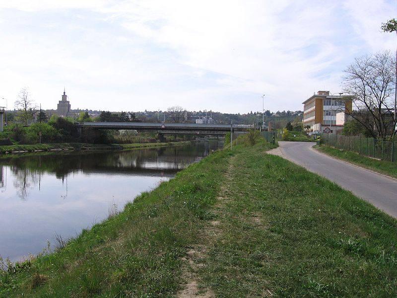 29.Přes plavební kanál, který odděluje Císařský ostrov od Královské obory a Podbaby, vedou celkem tři mosty.