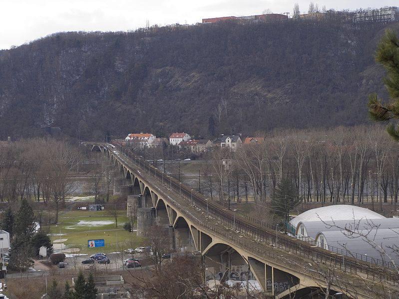 3.Branický most (lidově zvaný též Most inteligence) je železniční most s chodníkem pro pěší, přemosťující údolí Vltavy v jižní části Prahy mezi Malou Chuchlí a Braníkem, budovaný v letech 1949–1955 a pro železniční dopravu zprovozněný 30. května 1964. Oficiálně pojmenován byl v roce 1969.