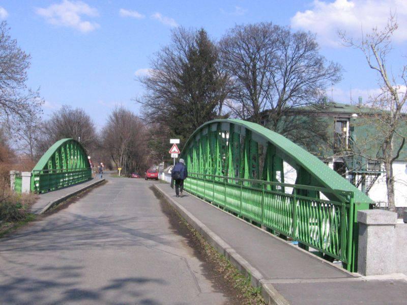 5.Most na Císařskou louku je příhradový ocelový most s parabolicky zakřivenými horními pasy a s dolní mostovkou, postavený v roce 1901 na návodním (jižním) konci Císařské louky, u hranice Smíchova a Hlubočep. Umožňuje přístup ze smíchovského břehu na ostrov Císařská louka, který vznikl při vyhloubení Smíchovského přístavu.