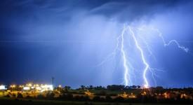 Na Prahu se žene bouřka. Vnoci mohou přijít kroupy a silný vítr