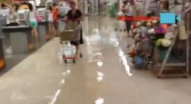VIDEO: Bouřka vytopila Billu na Budějovické. Vozíky se změnily v gondoly