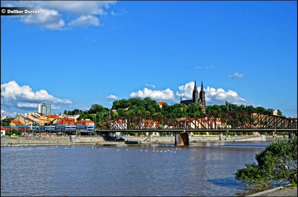 7..Železniční most (výjimečně uváděný s přívlastkem vyšehradský) propojuje vltavské břehy v Praze u Výtoně (bývalé Podskalí) pod Vyšehradem a Smíchov. Most není oficiálně pojmenovaný, v mapách je běžně označován podobně jako jiné nepojmenované železniční mosty slovy železniční most (s malým písmenem), v tomto případě je však toto označení vžité jako neoficiální vlastní jméno. Foto: Dalibor Durčák