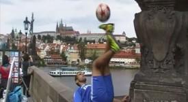 Fotbalový kouzelník Fabian Duro je v Praze. Podívejte se na jeho kousky