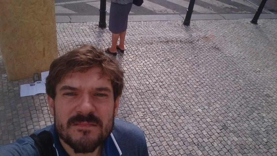 Jakub Kodym, který přijel z  Bruselu, aby odhalil, že bouda na místě už není  - Foto: Jakub Kodym