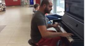 Takhle se čeká v Praze na letadla. Virtuoz ohromil letiště Václava Havla