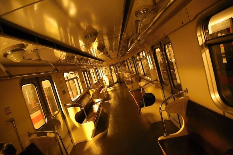 Vnitřek historické soupravy. Ečs (81-709) je nejstarší typ sovětských vozů metra vyráběných pro pražské metro, kde byly provozovány v letech 1974–1997.  - Foto: Štěpán Rusňák