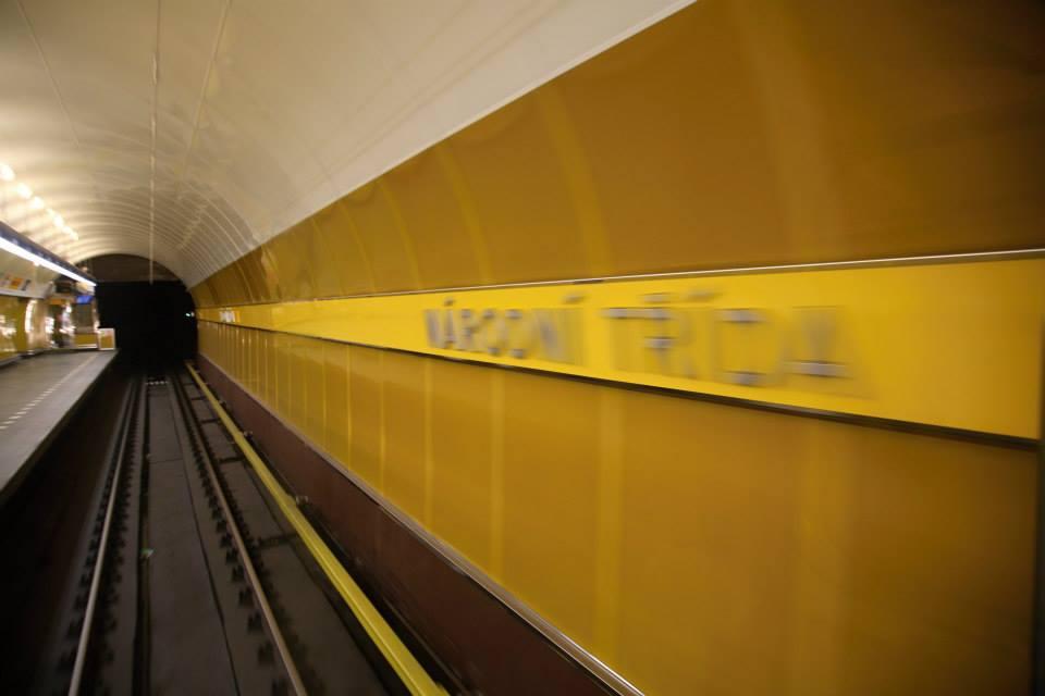 Příjezd metra do zasrávky Národní třída. Takto vidí přijezd do zastávky řidič soupravy  - Foto: Štěpán Rusňák