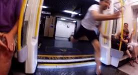Vyběhl z metra a na další stanici nastoupil do téhož vagonu