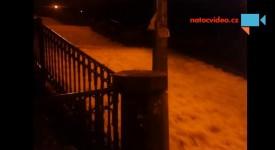 VIDEO: Nuselské schody se změnily ve splavnou řeku. Praskl vodovod