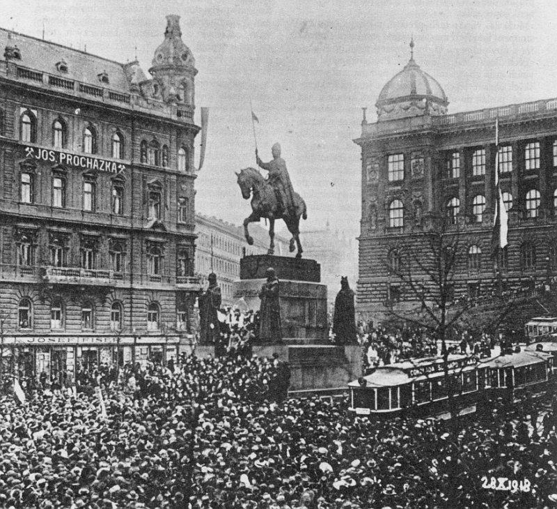 Prostranství kolem sochy svatého Václava je historickým středobodem soukromých i veřejných setkání.