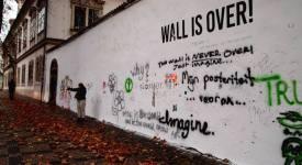 Umělci přetřeli Lennonovu zeď na bílo. Aby ji osvobodili…