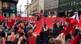 VIDEO: Proč Pražané ukázali Zemanovi červené karty…