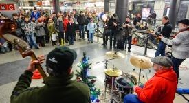 Nalaďte se vmetru také o Vánocích – vpražském metru opět zazní koledy