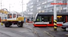 To jste ještě neviděli. Pražské tramvaje tahají bagry!
