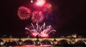 Přípravy na novoroční ohňostroj století vrcholí. Podívejte se, odkud bude nejlépe vidět