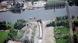 VIDEO: 15 let od unikátní stavby. Tubusy metra byly nasunuty na dno Vltavy