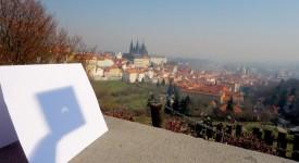 Takhle vypadalo pražské zatmění Slunce. Nejlepší fotky a videa