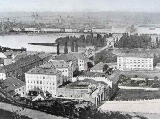 Umístění Újezdské brány a most císaře Františka, který nahradil most Legií