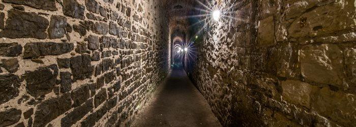Vyšehradské kasematy jsou rozsáhlé podzemní chodby, které sloužily k nepozorovanému přesunu vojska. Nacházejí se po obou stranách Cihelné brány. - Foto: Národní kulturní památka Vyšehrad