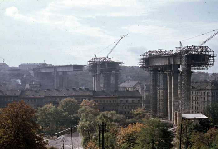 V roce 1969 se začaly propojovat jednotlivé pilíře s tubusem Nuselského mostu – (Foto: archiv DPP)