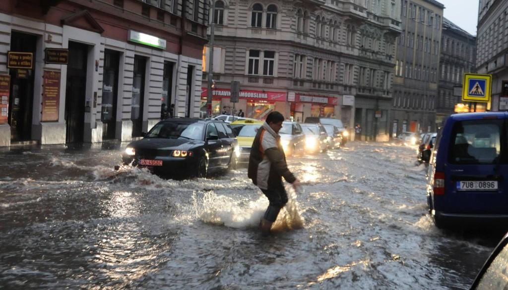 Voda se valí Husitskou ulicí - Foto: Ivan Pithart