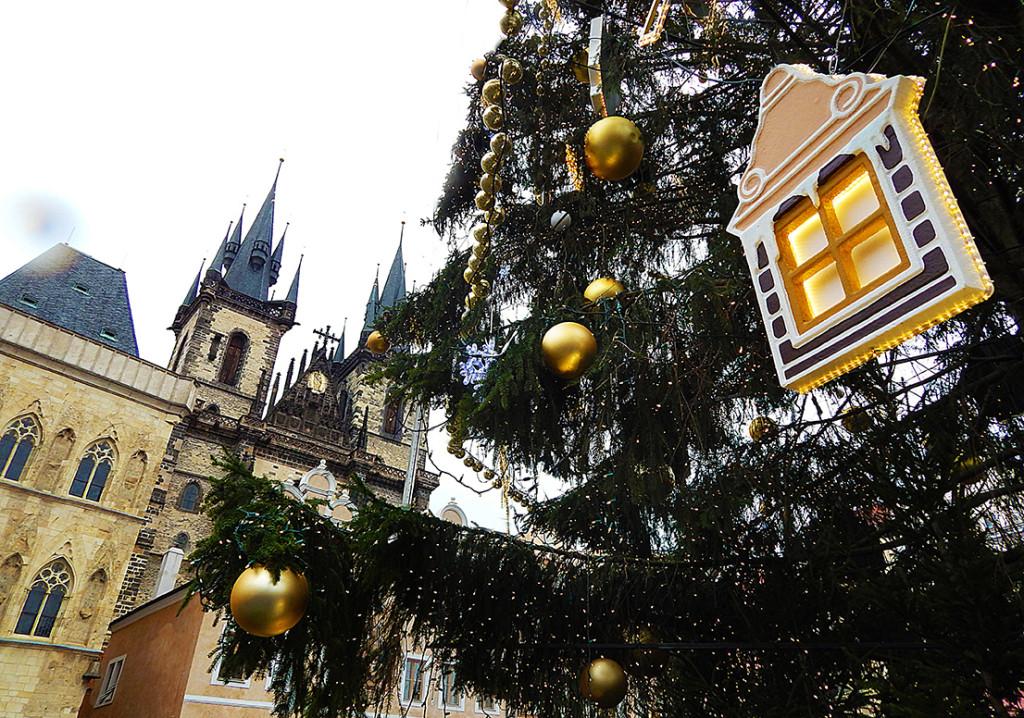 Vánoční strom ve dne. Ozdoby tvoří malé vesnické domečky ve stylu maleb od Josefa Lady - Foto: Eli Mandažieva