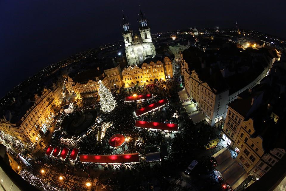Vánoční panorama Staroměstského náměstí, kterému dominuje nádherně nasvícený vánoční strom - Foto: Dan Černovský