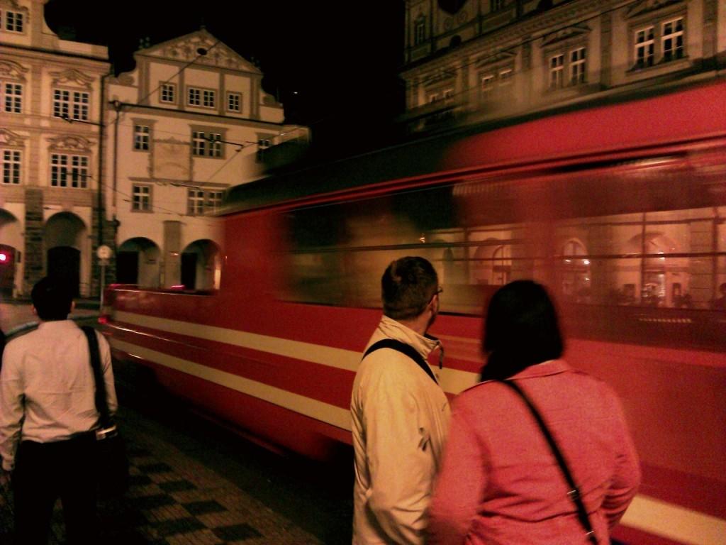 """Takhle se mazací tramvaj """"mázla"""" na Malostranském náměstí (ještě bez stromečku) - Foto: Martin Dobrovodský"""