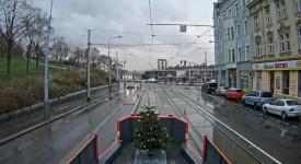 Mazací tramvaj si vozí vlastní vánoční stromeček. Rozsvítit ho můžete i vy