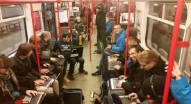 Banda šílenců rozbalila své nádobíčko v metru! A začala pařit hry