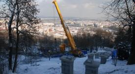 TO MUSÍTE VIDĚT: Druhý největší jeřáb v České republice se podílí na rekonstrukci lanové dráhy na Petřín