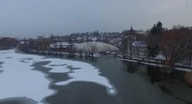 VIDEO: Hamerský rybník zapadal sněhem. Poetické Bílé Záběhlice z ptačí perspektivy
