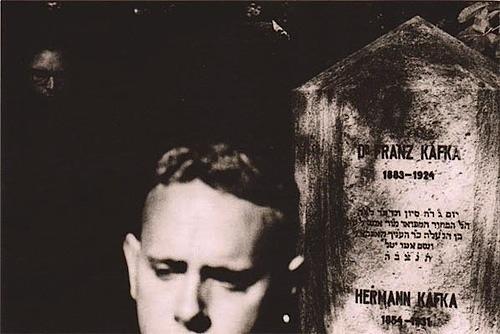 Dppeche Mode u hrobu Franze Kafky na židovksém hřbitově na Hagiboru - Foto: Anton Corbijn (1988)