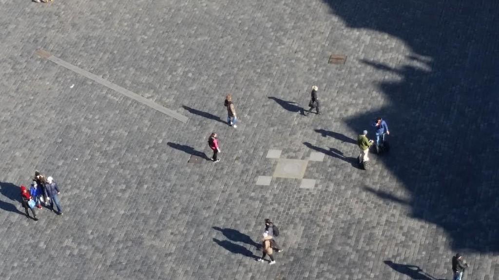 Když stíny lidí začnou být rovnoběžné s pražským poledníkem blíží se poledne - Foto: David Černý