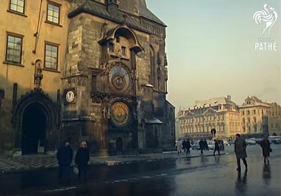 Staroměstské náměstí z rekonstruovaným oroljem - Repro z British Pathé (1967)