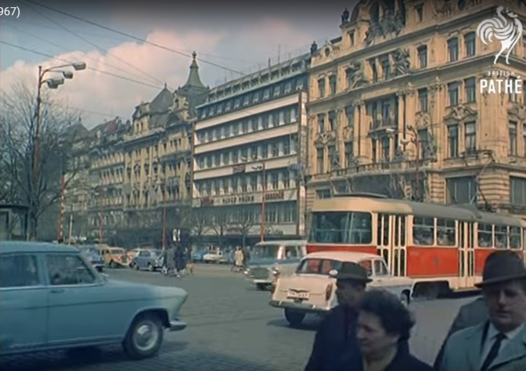 Provoz tramvají na Václaváku - Repro z British Pathé (1967)