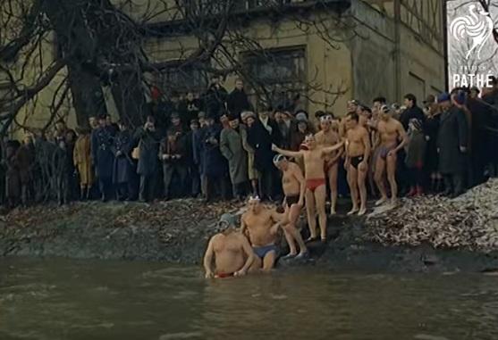 Pražští otužilci - Repro z British Pathé (1967)