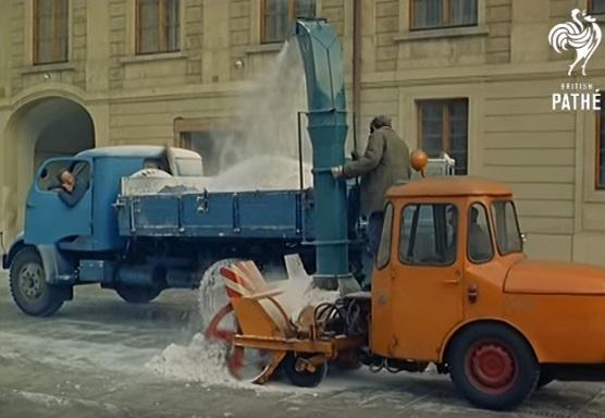 Odklízen sněmu na Pražském hradě - Repro z British Pathé (1967)