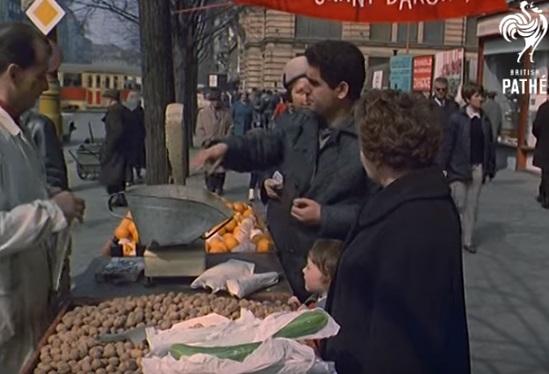 Stánkový prodej na Václaváku před restaurací Baron - Repro z British Pathé (1967)