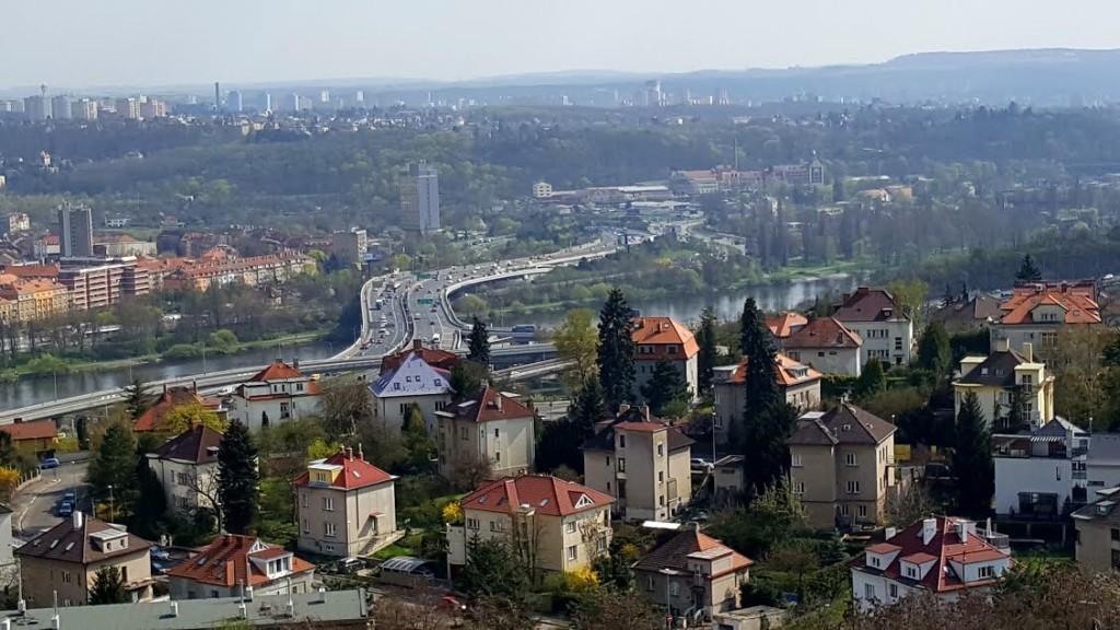 Z vyhlídky je nezvyklý pohled na Barrandovským most s neutuchujícím provozem. - Foto: David Černý