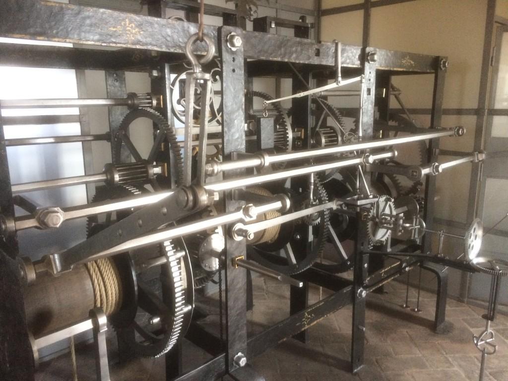 Základní rám hodinového stroje má rozměry 270 krát 90 krát 180 centimetrů. - Foto: Jaroslav Mareš - Badatele.net