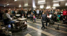 Pražské metro opět rozezvučí živá hudba.  Již tento čtvrtek proběhne pátý ročník akce Nalaďte se v metru
