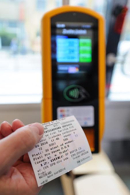 Na lince 22 si budou moci cestující koupit lístek bezkontaktní platební kartou - Foto: Archiv DPP