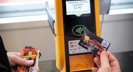 HOP DO 21. STOLETÍ. Cestujicí si mohou koupit lístek v tramvaji bezkontaktní kartou